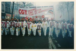« Retrait du plan ». La tête de cortège du syndicat CGT des cheminots Gare de Paris-Lyon, Paris, 12 décembre 1995 © IHS CGT métallurgie