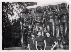 Un groupe devant le bas-relief à Baillet © DR | IHS CGT Métaux