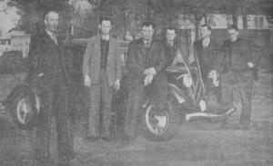 La Vie Ouvrière, 24 novembre 1938. La délégation des métallurgistes de Meurthe-et-Moselle se rendant, au volant d'une Citroën Traction portant un fanion de la CGT, au congrès confédéral de Nantes. De gauche à droite : Forget (du comité d'organisation du congrès), Schneider, Dupont, Jacquet et Rebourg (délégués).